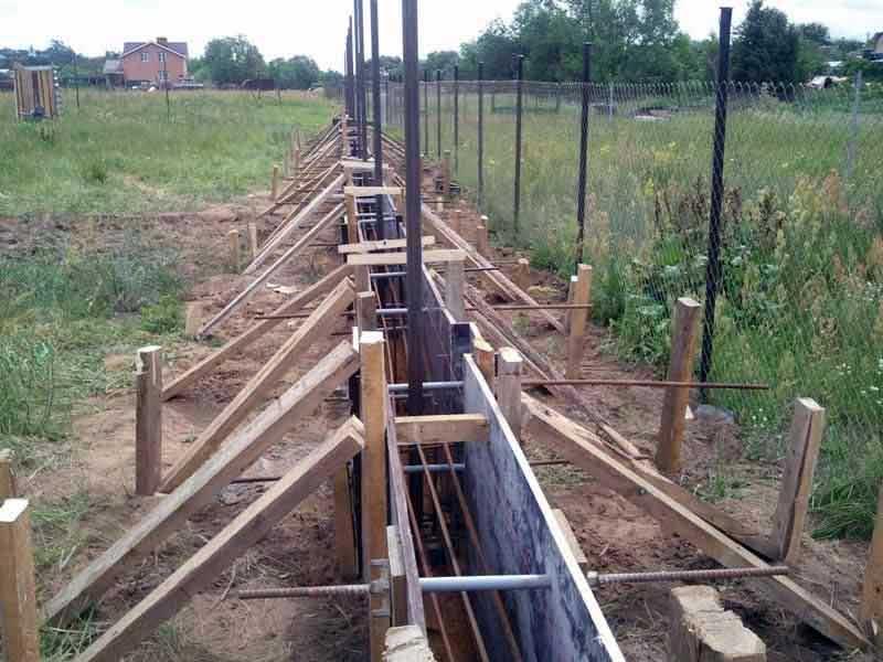 Фундамент под забор из поликарбоната