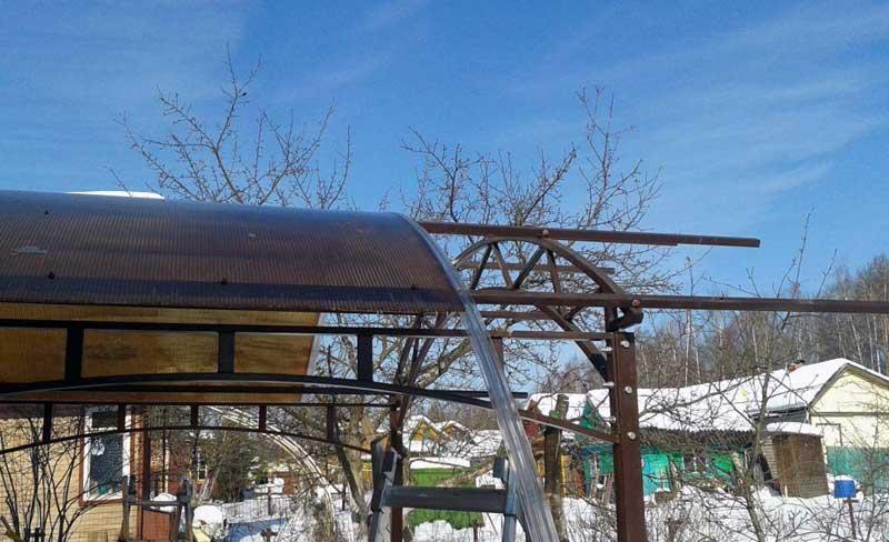 Поликарбонат крепится на  каркас из металла