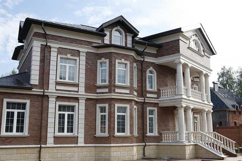 Дом с фасадным декором из пенополистирола