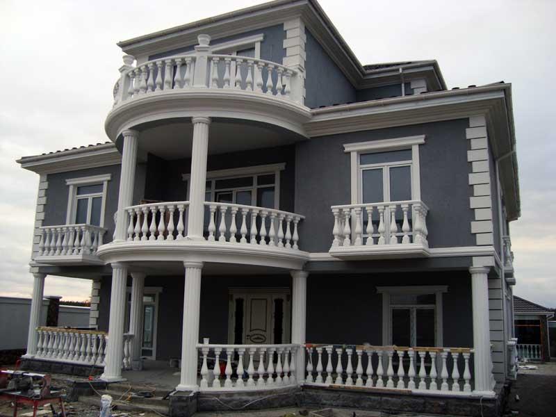 Красивый дом с декором из пенополистирола