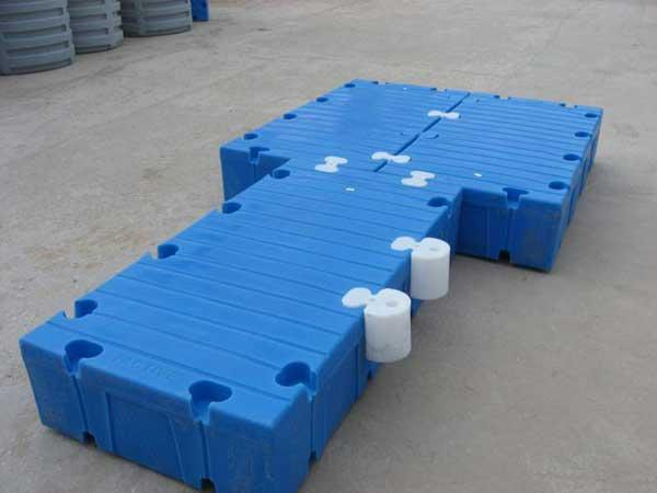 Конструкция из модульных пластиковых понтонов