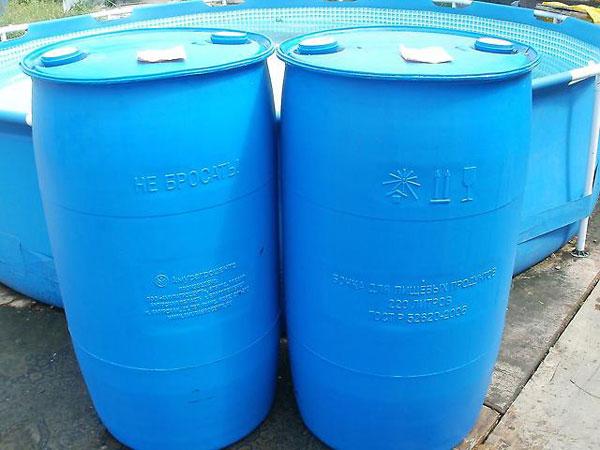 Хранение жидкости в пластиковых бочках