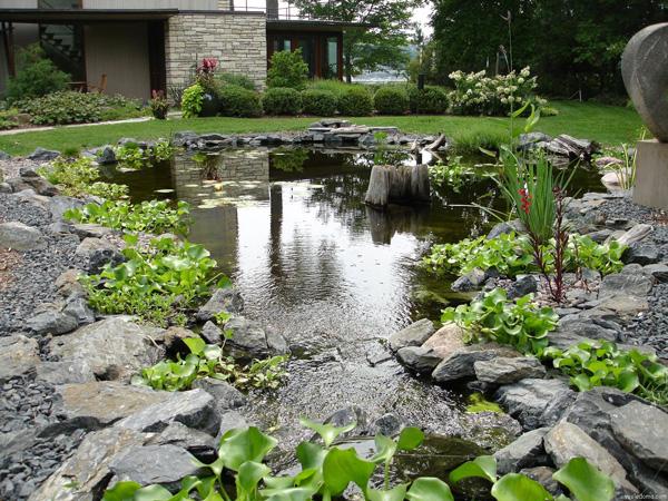 Красивый садовый пруд из пластика