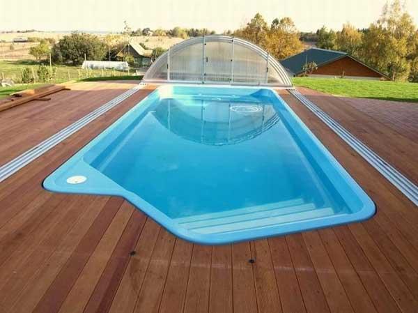 Пластиковый бассейн в частном доме