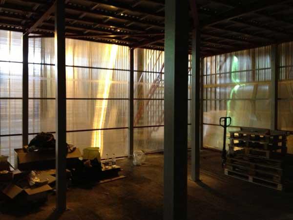 Стены из поликарбоната в подсобном помещении