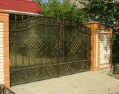 Кованые ворота с поликарбонатом – красота и надежность