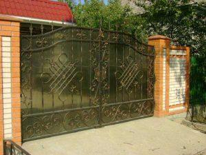 Кованые ворота с поликарбонатным заполнением