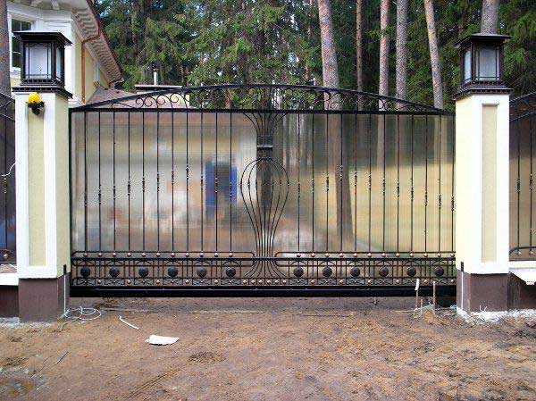 Устройство кованных ворот с поликарбонатом